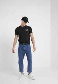 EA7 Emporio Armani - SIDE TAPE - T-shirt imprimé - black - 1