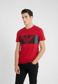 EA7 Emporio Armani - Camiseta estampada - red - 0