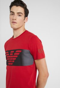 EA7 Emporio Armani - Camiseta estampada - red - 4