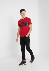 EA7 Emporio Armani - Camiseta estampada - red - 1