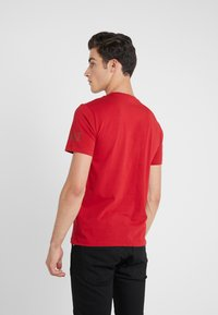 EA7 Emporio Armani - Camiseta estampada - red - 2