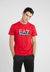 EA7 Emporio Armani - T-shirts med print - red - 0