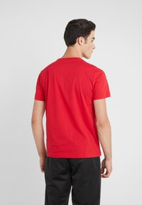 EA7 Emporio Armani - T-shirts med print - red - 2