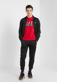 EA7 Emporio Armani - T-shirts med print - red - 1