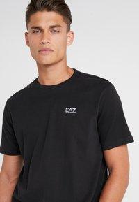 EA7 Emporio Armani - T-shirts med print - black - 3