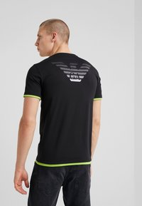 EA7 Emporio Armani - Camiseta estampada - black - 2