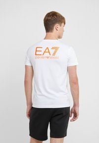 EA7 Emporio Armani - T-shirt med print - white/neon/orange - 2