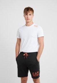 EA7 Emporio Armani - T-shirt med print - white/neon/orange - 0