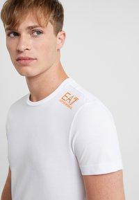 EA7 Emporio Armani - T-shirt med print - white/neon/orange - 3
