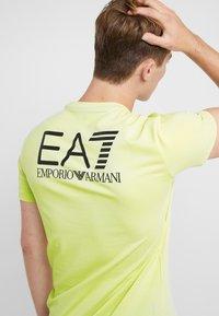 EA7 Emporio Armani - Triko spotiskem - neon / yellow / black - 6