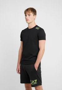 EA7 Emporio Armani - Camiseta estampada - black / neon / yellow - 0