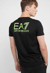 EA7 Emporio Armani - Camiseta estampada - black / neon / yellow - 6