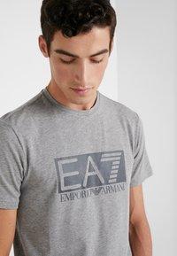EA7 Emporio Armani - T-shirt med print - medium grey - 4