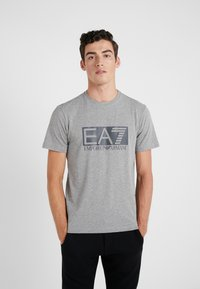 EA7 Emporio Armani - T-shirt med print - medium grey - 0
