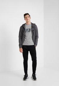 EA7 Emporio Armani - T-shirt med print - medium grey - 1