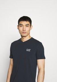 EA7 Emporio Armani - V NECK - T-shirts med print - blu notte - 3