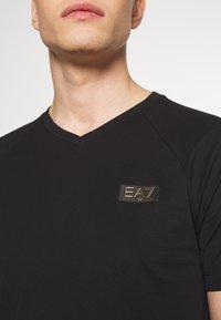 EA7 Emporio Armani - T-shirt imprimé - black - 6