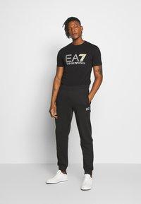 EA7 Emporio Armani - T-shirt print - black - 1