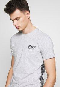 EA7 Emporio Armani - T-shirts med print - light grey melange - 3