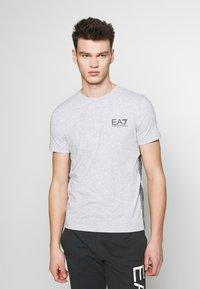 EA7 Emporio Armani - T-shirts med print - light grey melange - 0