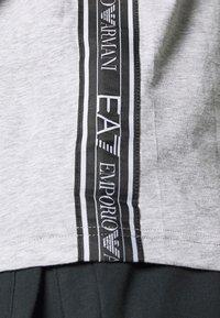 EA7 Emporio Armani - T-shirts med print - light grey melange - 5