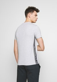 EA7 Emporio Armani - T-shirts med print - light grey melange - 2