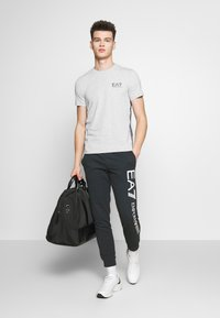 EA7 Emporio Armani - T-shirts med print - light grey melange - 1