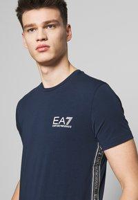 EA7 Emporio Armani - Camiseta estampada - navy blue - 3
