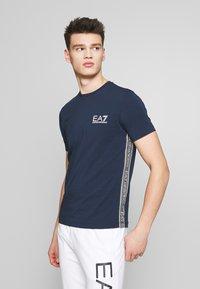 EA7 Emporio Armani - Camiseta estampada - navy blue - 0
