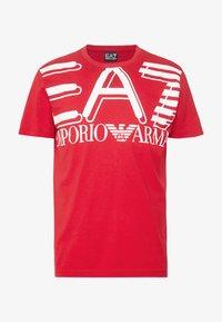 EA7 Emporio Armani - T-shirt med print - racing red - 4