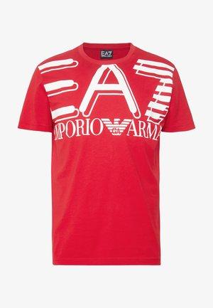 T-shirt print - racing red