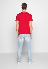 EA7 Emporio Armani - T-shirt med print - racing red - 2