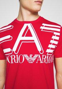 EA7 Emporio Armani - T-shirt med print - racing red - 3