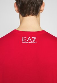 EA7 Emporio Armani - T-shirt med print - racing red - 5