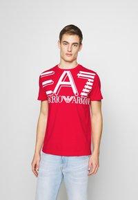 EA7 Emporio Armani - T-shirt med print - racing red - 0