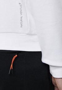 EA7 Emporio Armani - Sweatshirt - white/neon/orange - 3