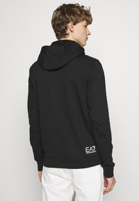 EA7 Emporio Armani - HOODIE - Jersey con capucha - black - 2