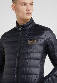 EA7 Emporio Armani - Bunda zprachového peří - giacca piumino - 4