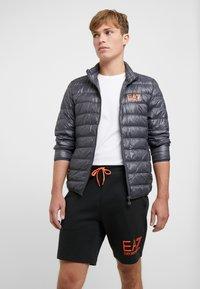 EA7 Emporio Armani - Gewatteerde jas - black / neon / orange - 3