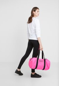 EA7 Emporio Armani - GYM BAG NEON - Bolsa de deporte - neon pink / black - 1