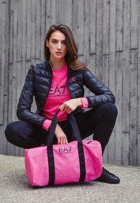 EA7 Emporio Armani - GYM BAG NEON - Bolsa de deporte - neon pink / black - 5