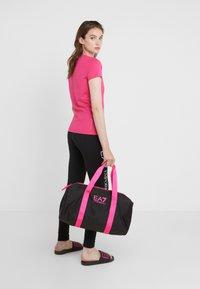 EA7 Emporio Armani - GYM BAG NEON - Sporttas - black / neon pink - 1