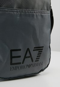 EA7 Emporio Armani - TRAIN PRIME POUCHBAG SMALL  - Axelremsväska - agento silver - 6
