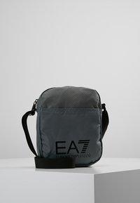 EA7 Emporio Armani - TRAIN PRIME POUCHBAG SMALL  - Taška spříčným popruhem - agento silver - 0