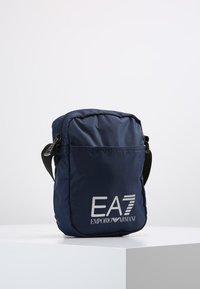 EA7 Emporio Armani - TRAIN PRIME POUCHBAG SMALL  - Taška spříčným popruhem - notte - 3