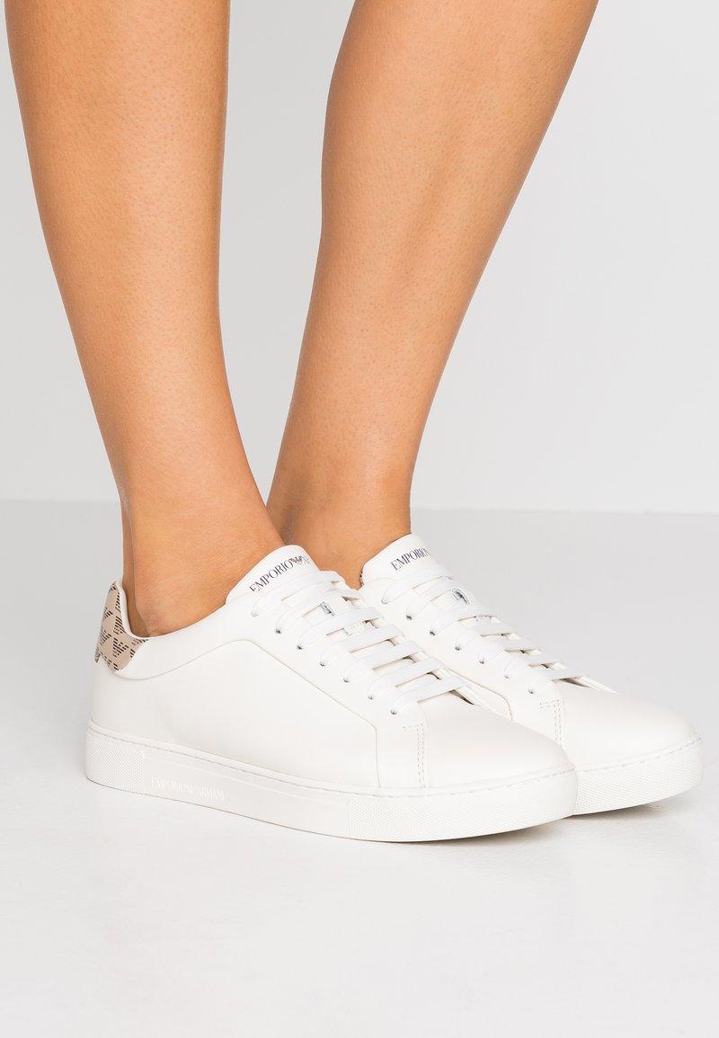 Emporio Armani - PROJECT - Sneakers basse - cream/taupe/dark brown