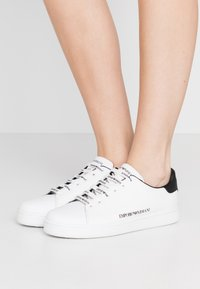 Emporio Armani - Matalavartiset tennarit - white/black - 0