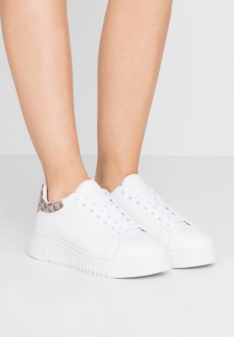 Emporio Armani - Matalavartiset tennarit - white/ecru/testa di moro