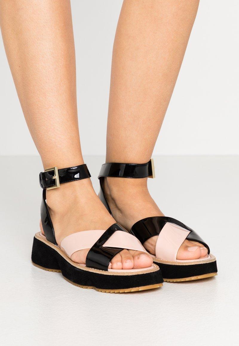 Emporio Armani - Sandály na platformě - nude/black