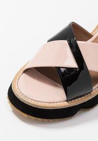 Emporio Armani - Sandály na platformě - nude/black - 2